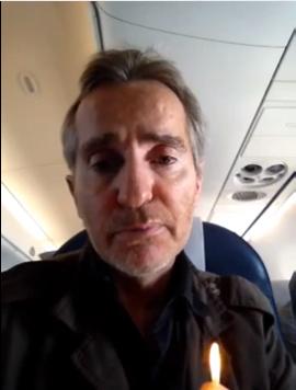 Frédéric Helbert avec un briquet dans un avion
