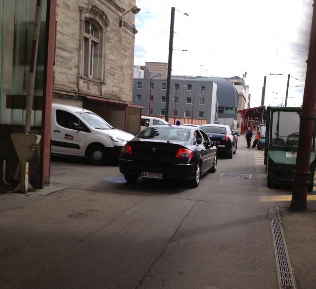 taubira quand sa voiture l attend sur le quai de la gare strasbourg exclusif. Black Bedroom Furniture Sets. Home Design Ideas