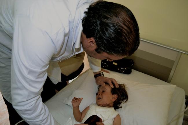 Le docteur Obeid, toxicologue syrien de haut-niveau,examine Mohamad dont le corps est ravagé par des brulures inexpliquées @Frédéric Helbert