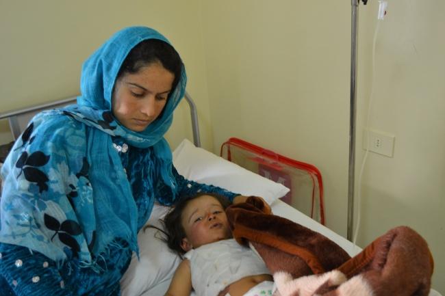 Mohamad et sa mère qui veille en silence son enfant. @Frederic Helbert