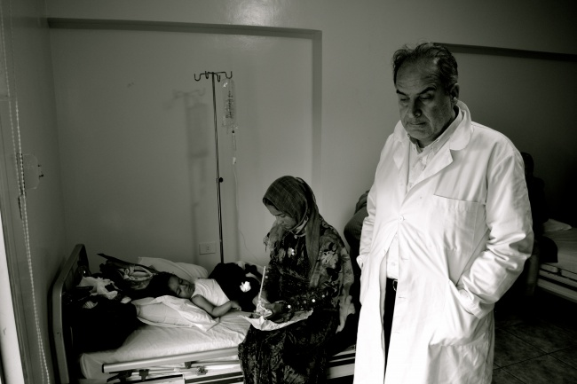 Le médecin franco-syrien Ghazi Aswad auprès d'un autre victime touchée par une arme chimique à Hama @Frederic Helbert