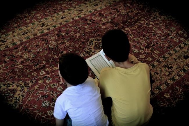 """Des enfants  écoutant les """"prêches ultra-violents, Coran en main à la mosquée @Frédéric Helbert"""