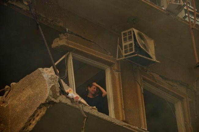 Une femme prise au piège chez elle dans son immeuble en flammes, après l'explosion d'une voiture piégée @fh