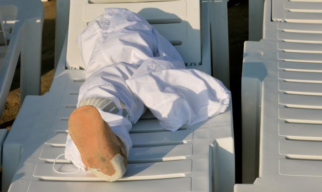 """Au Liban, le souvenir de la guerre: Toujours présent. Au """"Sporting"""" la prothèse d'un homme parti se baigner. Il a perdu une jambe en 2006"""