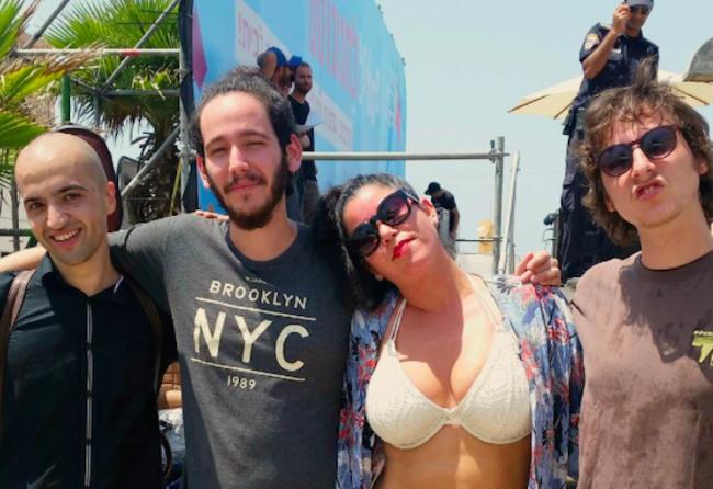 Avec son groupe La chanteuse Hanna Goor, le bikini et les formes du délit...
