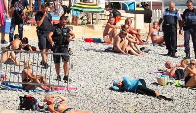 La femme tranquillement allongée alors que les policiers arrivent