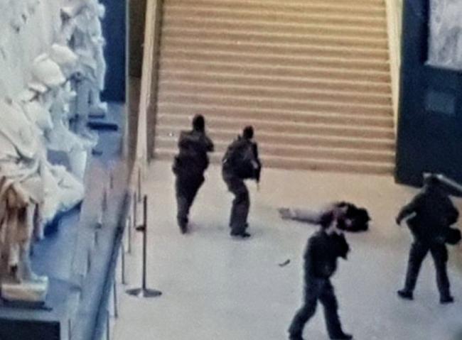 Juste après l'attaque, l'assailant à tertre, les militaires en alerte