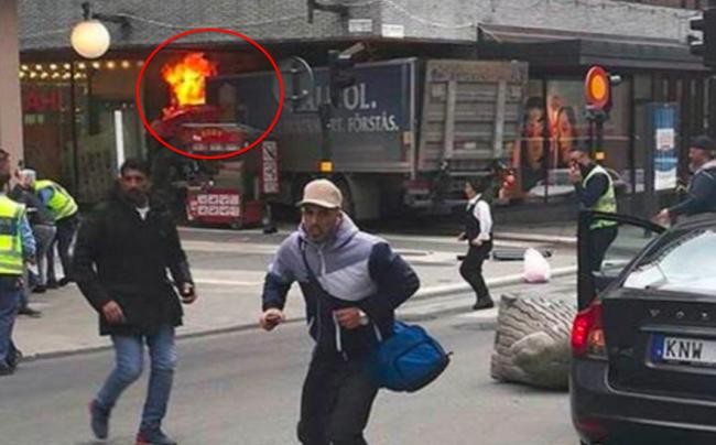 la faible explosion de l'engin artisanal alors que le camion s'est encastré dans la vitrine d'un grand magasin