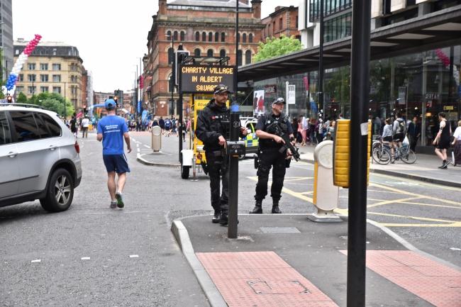 2 policiers, pas plus, contrôlent l'un des principaux points de passage au départ de la course @FH